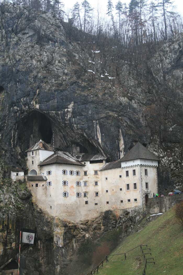 """El imponente castillo de Predjama """"encaramado"""" en la montaña"""